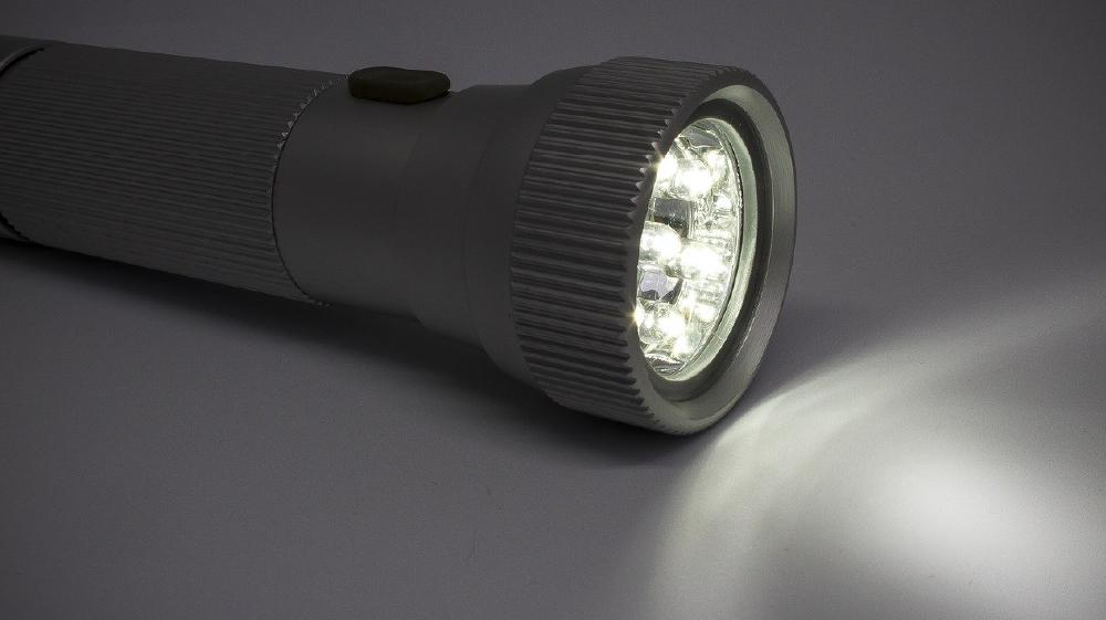 飛行機の酸素マスクからアイデアを得た、緊急ダウンライトシステム